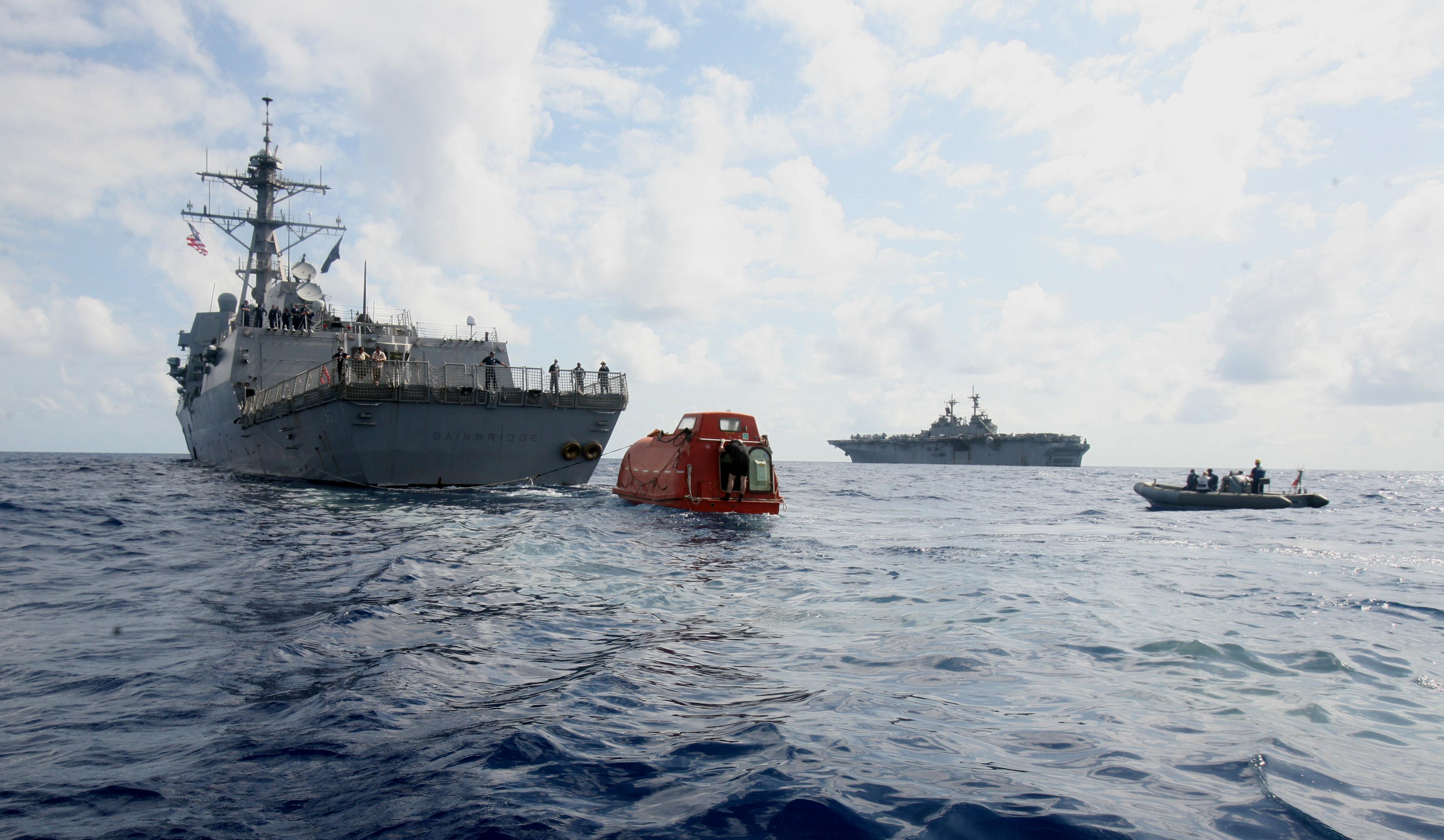 Снимка: Два военни кораба оказват съдействие на освободения от пирати екипаж на контейнеровоза /архив/