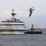 Costa Concordia, поглед от о. Джилио, Италия. Корабът е изправен, след сложната операция. Предстои изтегляне и нарязване.