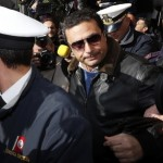 Преса. Охранителите изпитват трудност да опазят Скетино от задаващите въпроси репортери.