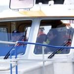 Скетино се качва на катер на бреговата охрана, с който стига до Costa Concordia.