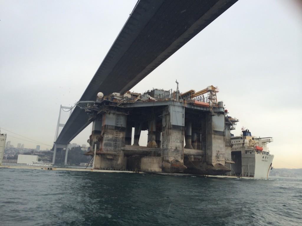Платформата OCEAN ENDEAVOR преминава Босфора на борда на китайски тежковоз.