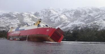 Ферибот заседна и се обърна край Чили (снимки)