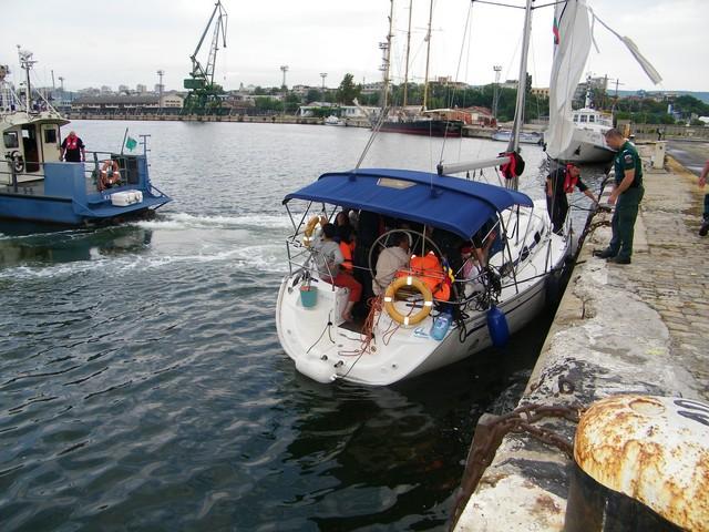 63 нелегални имигранти са задържани на борда на българска яхта в района на Шабла