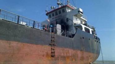 Един загинал и трима в неизвестност след експлозия на танкер край Индонезия