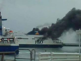 Ферибот горя край френско пристанище (видео)