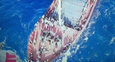 700 имигранти бедстваха на кораб край Крит (снимки)