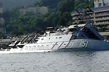 Военен хидрографски кораб се обърна в Малайзия (снимка)