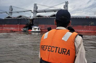Бълкер и танкер се сблъскаха в аржентинска река (снимка)