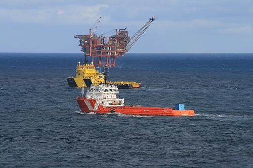 Евакуираха нефтена платформа, заради горящ снабдителен кораб