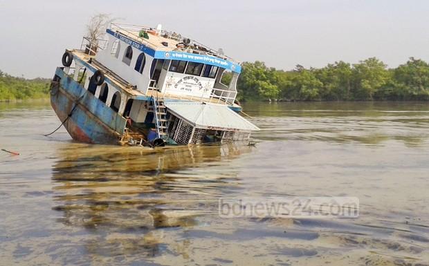 Танкер разля 350 хил. литра нефт в мангровите гори на Бангладеш (снимки и видео)