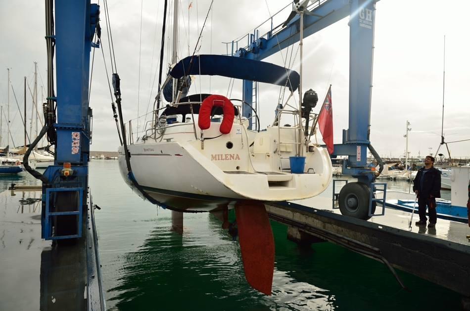 Спускането на Milena обратно на вода, след извършване на ремонтните работи във Фуенхирола, Испания