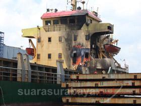 Трима пострадаха при пожар на кораб в Индонезия (фото)