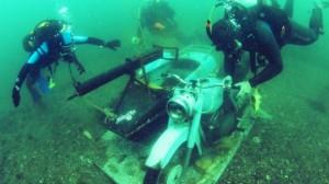 Изпълнение на упражнение за спускане и издигане на товари на морското дъно - мотоциклетът ще послужи и за подводна атракция. Фото: Черно море
