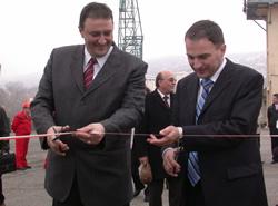 Министър Петър Мутафчиев /вляво/ и Петър Сеферов прерязаха лентата на реконструирания вълнолом в Балчик, снимка: Григор Маринов