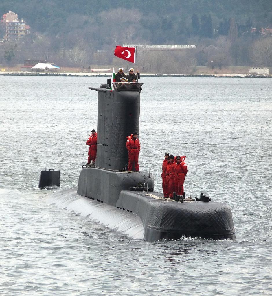 "Турската подводница S-352 TCG DOLUNAY влиза в Пристанище Варна - Изток, снимка: © 2011 г., Николай Златев, сп. ""Клуб Океан"""
