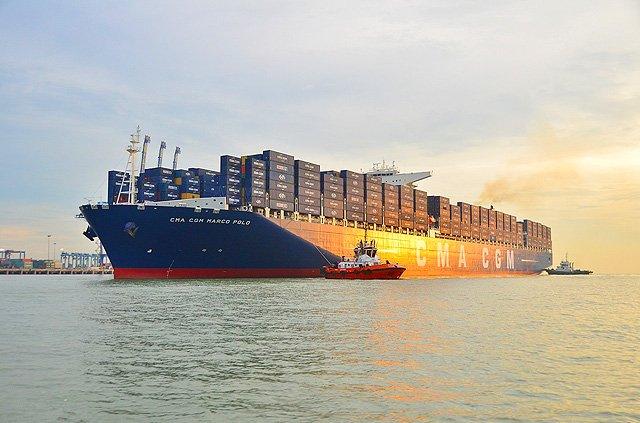 Groesstes Containerschiff der Welt kommt nach Hamburg