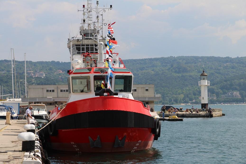 """Новият влекач на """"Портови флот 99"""" ALEXANDRA преди церемонията по издигане на флага, снимка: Maritime.bg"""
