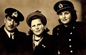 Донка Шопова (на снимката – в дясно) с приятели в Пристанище Херсон. 12 януари 1955 г.