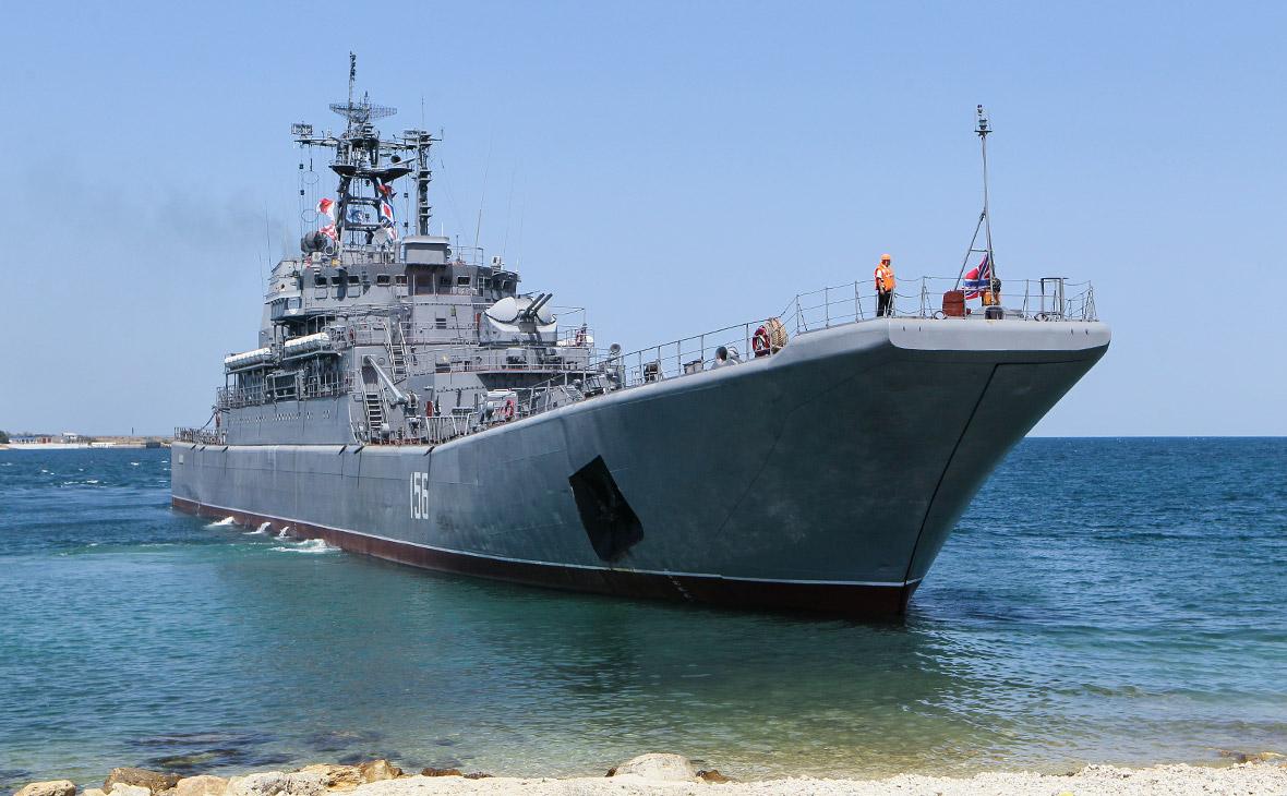 Контейнеровоз удари руски боен кораб