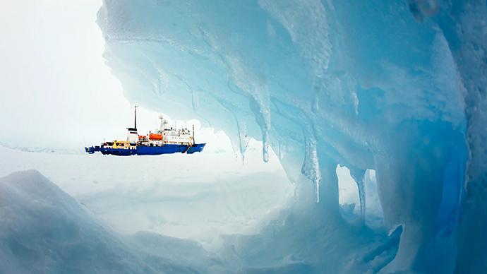 Руски кораб с над 120 пасажери попадна в леден плен